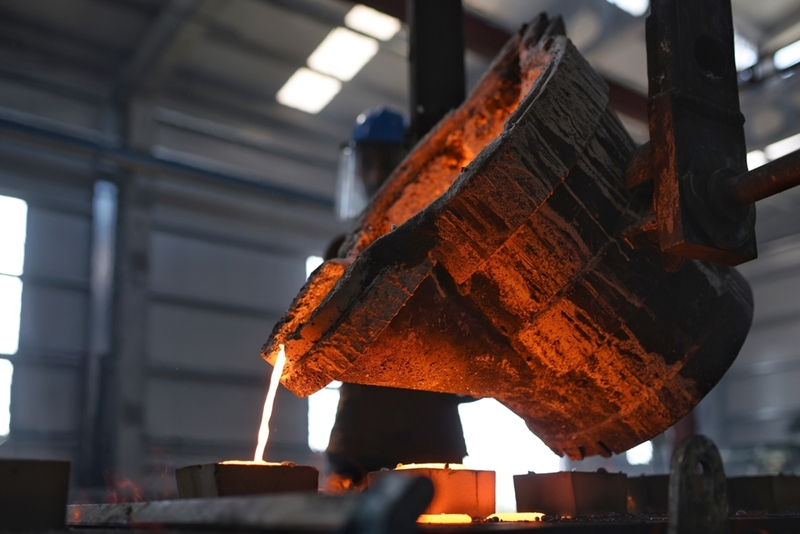 Smelthing pot pouring heated liquid metal